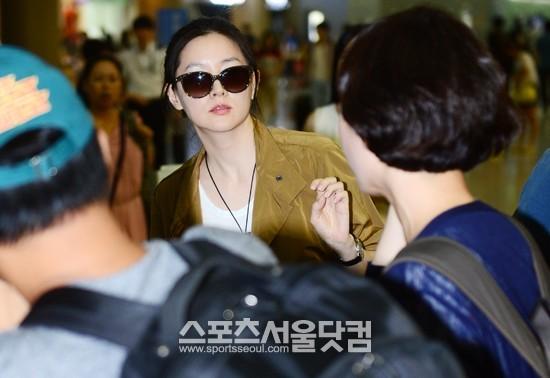 Bà mẹ hai con trẻ trung, sành điệu. Lee Young Ae bí mật kết hôn hồi tháng 8/2009.