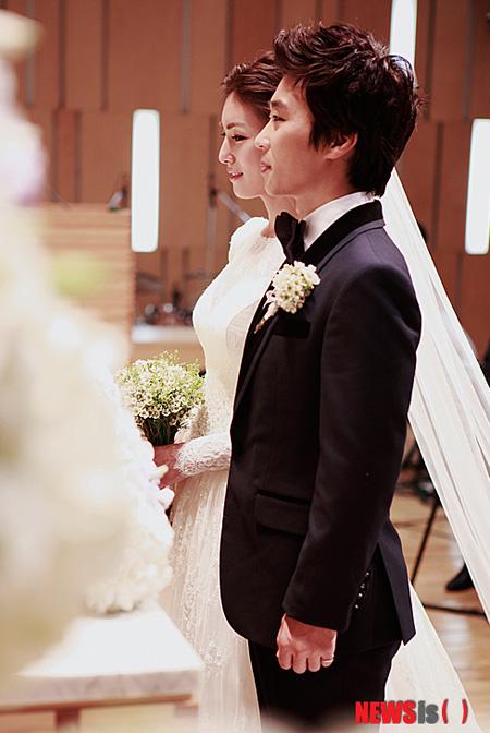 Đám cưới của Kim Jung Hwa và nhạc sĩ, nhà truyền giáo Yoo Eun Sung được tổ chức ở nhà thờ Dongsoong, Seoul, Hàn Quốc.