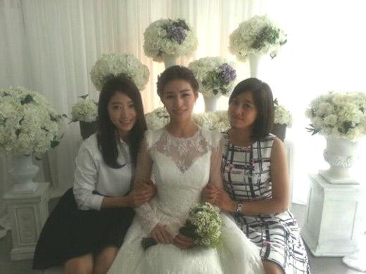 Đám cưới của Kim Jung Hwa có sự chứng kiến của người thân và một số bạn bè thân thiết nhất của hai người.