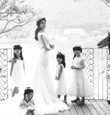Ảnh cưới của Jung Hwa. ia nhập làng giải trí Hàn Quốc từ năm 2001 với phim New nonstop,