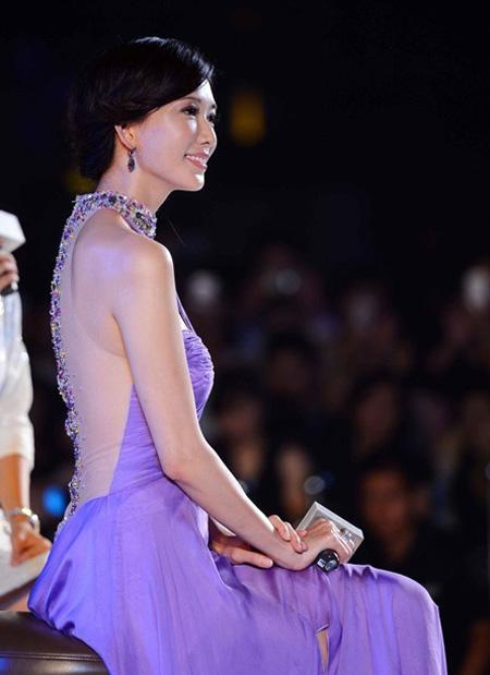 Lâm Chí Linh sinh năm 1974, là người mẫu sáng giá Đài Loan. Chí Linh sở hữu gương mặt, vóc dáng đẹp cùng phong thái trang nhã, sang trọng.