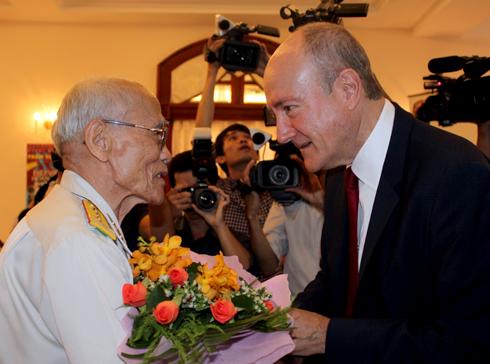 Giáo sư Larry Berman tặng hoa cho ông Mười Nho