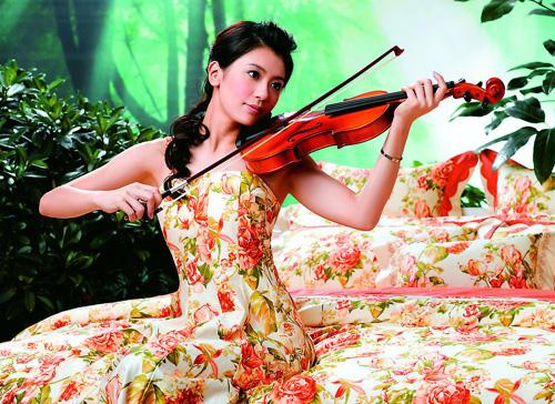 Giả Tịnh Văn sinh năm 1974, tốt nghiệp Học viện Điện ảnh Bắc Kinh. Cô nổi tiếng với các phim Ỷ thiên đồ long ký, Chí tôn hồng nhan&