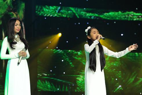 Phương Mỹ Chi (phải) cũng ra mắt ấn tượng khi hát tình cảm liên khúc nhạc trữ tình cùng huấn luyện viên Hiền Thục. Cả hai thầy trò diện áo dài trắng tinh khôi khiến tiết mục gây thêm thiện cảm về phần nhìn. (xem video)