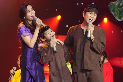 Vợ chồng Hồ Hoài Anh và học trò trên sân khấu.