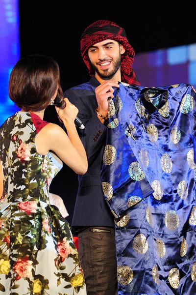 Chàng trai gốc Trung Đông rất thích thú khi được tặng chiếc áo dài truyền thống của nam giới Việt Nam.
