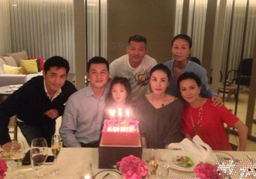 27/5/2013 là sinh nhật 7 tuổi của Lý Yên. Bạn bè thân thiết của Á Bằng  Vương Phi tham gia bữa tiệc sinh nhật ấm cúng.