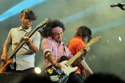 Phạm Anh Khoa cùng ban nhạc P.A.K band mở màn chương trình với 3 ca khúc 'Âu Lạc', 'Sắc màu' và 'Ra khơi' khiến các rockfan không thể ngồi yên bằng lối trình diễn hết mình đầy cuồng nhiệt.