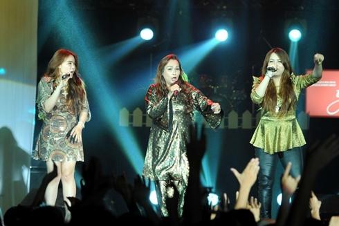 Tuy lần đầu tiên ra mắt nhưng nhóm nhạc gia đình Kim Loan, Hoàng Oanh và Diễm Hương gây được ấn tượng với khán giả bằng lối trình diễn tự do, phóng khoáng trên sân khấu trong 2 ca khúc 'Vì đâu' và 'Chỉ còn tôi với tôi'.