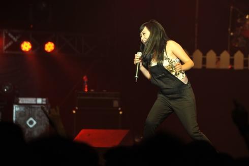 Phương Thanh diện trang phục vô cùng trẻ trung khi xuất hiện trong đêm nhạc rock với ca khúc 'Đớn đau'