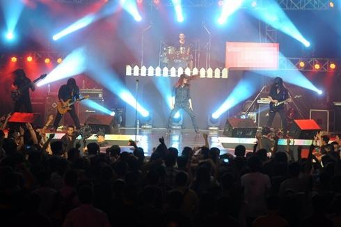 Viết Thanh xõa tóc hết mình cùng ban nhạc Unlimited khiến fan không thể nào đứng yên một chỗ.