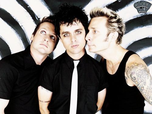 """Billie Joe Armstrong (giữa), thủ lĩnh của nhóm Green Day, là tác giả của """"Wake Me Up When September Ends""""."""