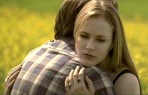"""Hình ảnh lãng mạn trong MV """"Wake Me Up When September Ends"""" với diễn xuất của Evan Rachel Wood và Jamie Bell."""