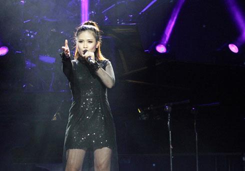 Dương Hoàng Yến - học trò cưng của Mỹ Linh ở The Voice - cũng góp mặt trong đêm nhạc này. Cô hát lại ca khúc Adagio mà mình từng thể hiện thành công ở vòng Giấu mặt.