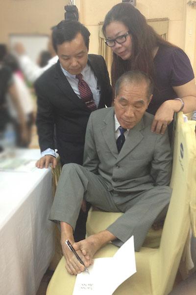 Thầy Nguyễn Ngọc Ký ký tặng vào quyển tự truyện mới nhất của ông.