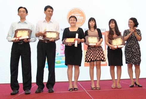 Tiến sĩ Quách Thu Nguyệt (phải) trao giải thưởng Sách Hay cho các đơn vị.