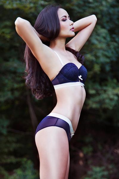 Lần đầu tiên, độc giả được chiêm ngưỡng cơ thể nóng bỏng & vẻ đẹp hoang dại không biên giới của Phan Như Thảo  được phô bày trước ánh sáng thiên nhiên