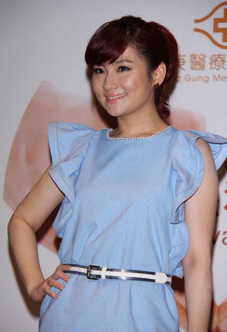 Nữ ca sĩ không ngại mặc váy hở tay, để lộ cánh tay đầy sẹo do gặp tai nạn trên trường quay năm 2010.