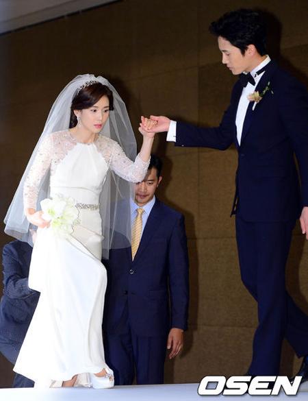 Hai diễn viên Hàn Quốc Lee Bo Young, Ji Sung tổ chức đám cưới ở Seoul hôm nay (27/9). Trước giờ cử hành hôn lễ, cặp sao tổ chức họp báo.
