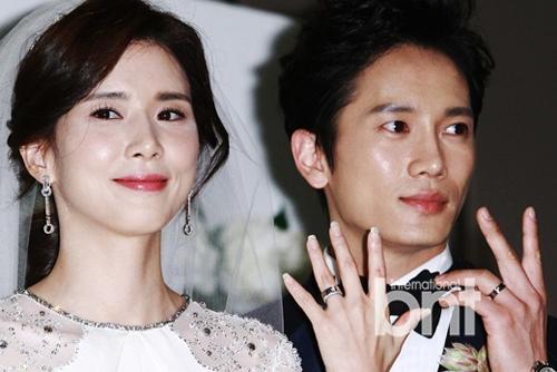 Đôi vợ chồng khoe nhẫn cưới. Lee Bo Young - Ji Sung đóng chung phim Save the last dance for me của đài SBS năm 2004. Năm 2007, họ thành người yêu của nhau.