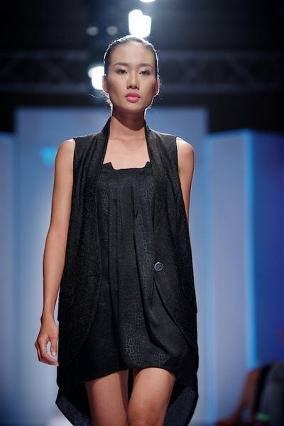 hướng đến tính ứng dụng cho cả ngày và đêm. Những mẫu thiết kế được sáng tạo trên chất liệu lụa theo phong cách thời trang đường phố kết hợp với kiểu dáng tailor.