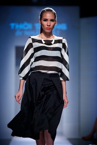 Tinh thần BST hướng đến phong cách thanh lịch theo trường phái tối giản đậm chất của các tín đồ thời trang New York với hai màu đen, trắng.