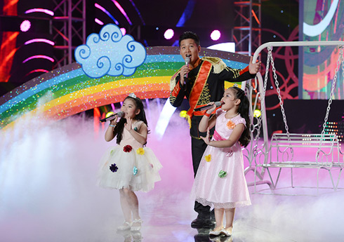 """Hoàng tử Đức Tuấn cùng hai cô công chúa nhỏ Ju Uyên Nhi và Khánh Nhi trong """"Bảy sắc cầu vồng""""."""