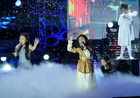 """Quỳnh Dao - Khánh Ngọc với """"Cô bé bán diêm"""". Vở nhạc kịch được dàn dựng có hậu để phù hợp với các em nhỏ."""