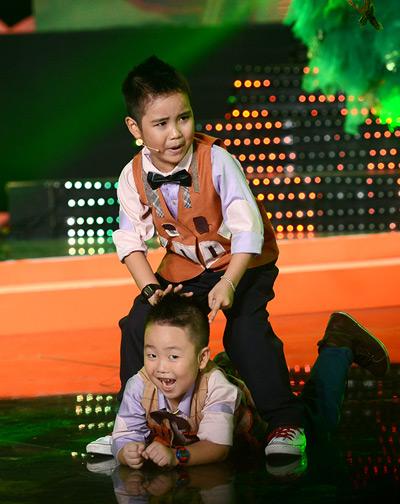 Quốc Thái (dưới) đến từ Thanh Hóa còn quá nhỏ nên Ban tổ chức quyết định soạn lời Việt cho cậu bé răng sún.