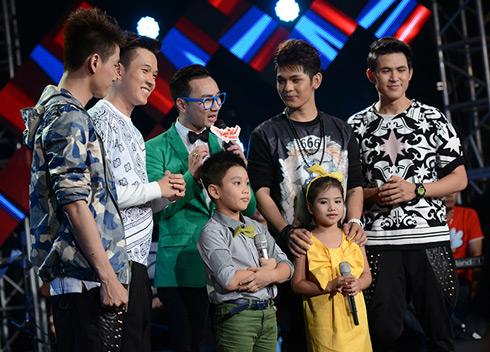 Đêm chung kết còn có sự tham gia của các khách mời. Nhóm V Music và hai bé An Nam và Rma Thanh Xuân trong ca khúc Ngày mai chia tay nhau bạn ơi có buồn không.