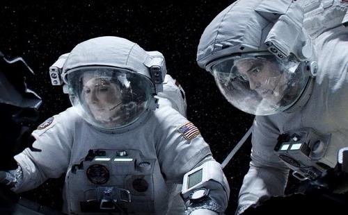 "Sandra Bullock và George Clooney trong phim ""Gravity""."