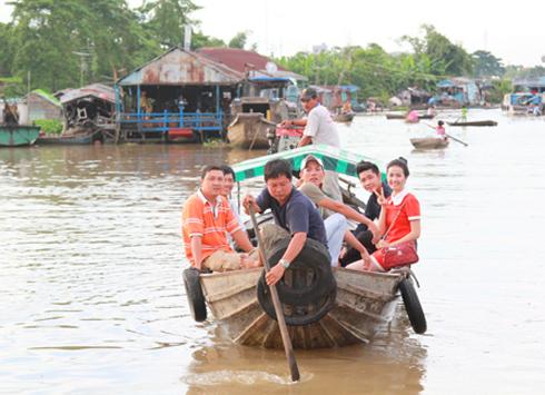 Hai Lúa của đạo diễn Lê Quang Hưng sẽ được quay tại TPHCM, Long Xuyên Châu Đốc và AngkorWat Campuchia. Bộ phim dự kiến sẽ chiếu phục vụ Tết từ ngày 24/1/2014.
