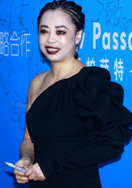 Ca sĩ Huỳnh Ỷ San với gương mặt trắng bệch.
