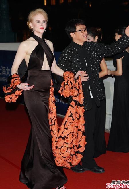 Sina đưa tin, Lễ trao giải Hoa Đỉnh lần thứ 10 diễn ra ở Macau. Các ngôi sao quốc tế Thành Long, Nicolas Cage& góp mặt trong buổi lễ. Trong ảnh, Thành Long