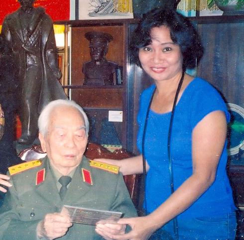 Nhạc sĩ Quỳnh Hợp và bức ảnh kỷ niệm với đại tướng Võ Nguyên Giáp vào năm 2004 tại số 30 Hoàng Diệu.