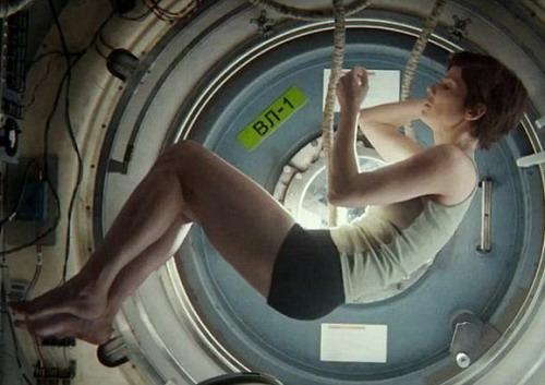 Hình ảnh Ryan cuộn mình trong tư thế bào thai mang biểu trưng về một con người mới chuẩn bị tái sinh. Ảnh: Warner Bros.