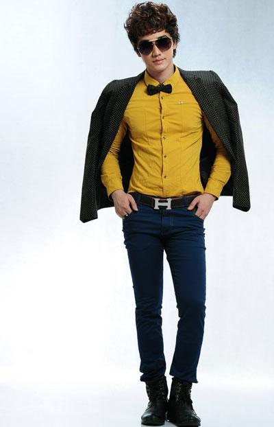 Đối với những chiếc áo sơ mi trơn màu lịch lãm sẽ rất phù hợp để xuất hiện các những bữa tiệc sang trọng. Áo sơ mi trơn tông vàng mỡ gà phối hợp với quần jeans và thắt lưng đen. Đôi boots cao màu đen và chiếc nơ cùng màu sẽ trở thành điểm nhấn cho style của bạn.