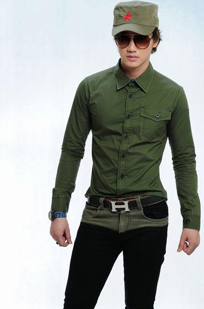 Một chiếc nón lưỡi trai cùng màu và chiếc quần jeans đen ấn tượng càng dễ tạo dấu ấn riêng mới mẻ và nam tính hơn.
