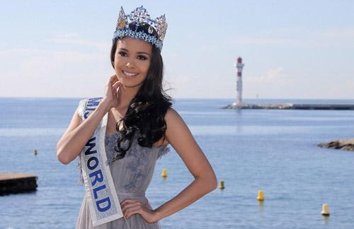 Hoa hậu đội vương miện, mặc váy màu sắc nhã nhặn, hài hòa với
