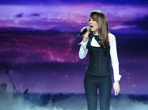 """Huyền Ni được Mỹ Linh đánh giá cao trong khi luyện tập nhưng khi ra sân khấu hát """"Giấc mơ mang tên mình"""", cô biểu diễn thiếu cảm xúc (xem video)."""