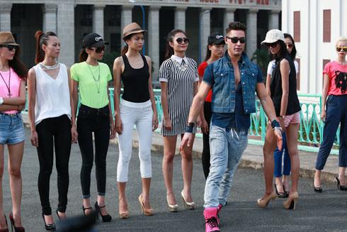 Giám khảo Adam Williams hướng dẫn catwalk cho các thí sinh.