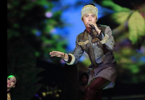 Minh Sang của đội Đàm Vĩnh Hưng hát sing off ca khúc 'Chạy tìm lá non
