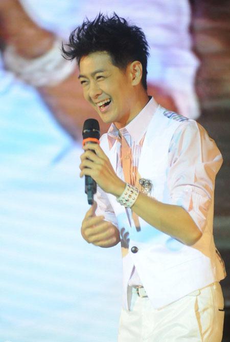 Lâm Chí Dĩnh sinh ngày 15/10/1974. Anh chung vui sinh nhật cùng người hậm mộ ở Thượng Hải, Trung Quốc hôm 13/10.