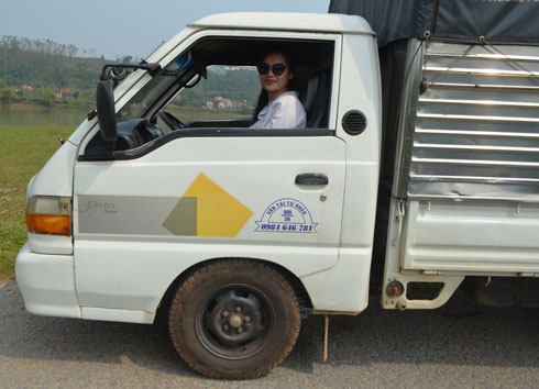 . Sau đó cô nàng không ngại khổ khi thuê xe và tự lái xe tải chở hàng về địa phương xã Trung Trạch, và xã Sơn Trạch, huyện Bố Trạch, tỉnh Quảng Bình- hai  nơi chịu thiệt hại nặng nhất từ cơn bão số 10 nhưng chưa được đoàn cứu trợ nào đến giúp đỡ.