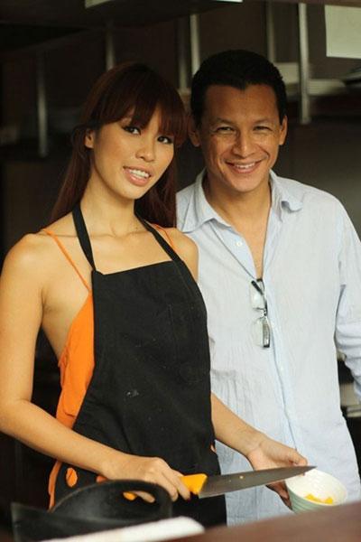 Hà Anh và người ye6iu hiện tại, đầu bếp Bobby Chinn.
