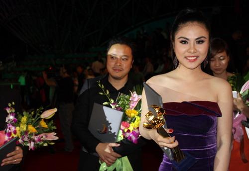 Cặp tin đồn - Victor Vũ và Vân Trang - bội thu giải thưởng tại LHP Việt Nam 18. Ảnh: Tùng Nguyễn.