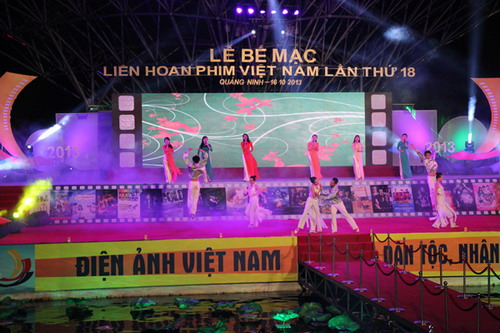 Các màn biểu diễn ca múa hát rườm rà trên sân khấu đêm bế mạc. Ảnh: Tùng Nguyễn.