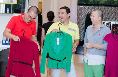 Ba chàng diễn viên hài hỉ hả vì giải quyết xong việc chọn quà. Quang Thắng, Quốc Thái nhất trí với Hải Anh rằng, thời tiết se lạnh nên tặng người phụ nữ một chiếc áo vest nhẹ