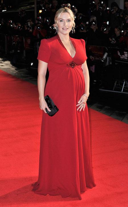 """Hôm 14/10, Kate Winslet diện bộ đầm bầu đỏ rực xuất hiện trên thảm đỏ buổi công chiếu phim """"Labor Day"""" trong khuôn khổ Liên hoan phim London, Anh."""