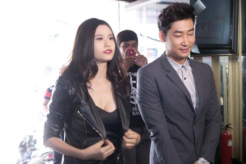 Người chở Trương Quỳnh Anh đến tham dự sự kiện chính là diễn viên Trong Nhân. Anh cũng tham gia một vai trong bộ phim 'Trở về 3'.